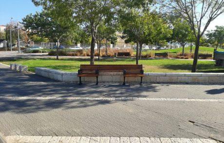 מודיעין:ספסלים מונגשים לאנשים עם כסאות גלגלים