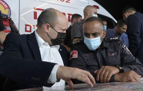 """רה""""מ נפתלי בנט מבקר בחדר הפיקוח של כוחות ההצלה לאחר השריפה בהרי ירושלים"""